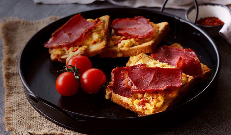 Peynirli Pastırmalı Ekmek Üstü Pizza Tarifi